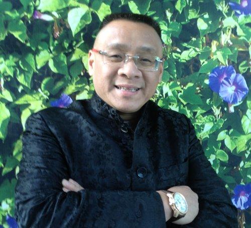 """比赛创办人: 李愔  出生在上海一个音乐世家,从小学习小提琴,十五岁改学低音提琴。1978年考入上海音乐学院附中,1980年以优异的成绩跳级升入上海音乐学院本科,学习成绩斐然。国际低音提琴协会前主席华尔特来华讲学时,曾誉他为""""世界第一流的右手运弓""""。他在校学习时曾任音乐学院附中乐队及音乐学院乐队首席低音提琴。并举行了独奏音乐会,著名指挥张国勇。1983年李愔被国际低音提琴协会接纳为会员。毕业后被分配至上海电影乐团任首席低音提琴。1987年李愔与著名国家一级指挥家王永吉和上海电影乐团合作,在上海音乐厅举办了低音提琴独奏音乐会,获得了一致好评。1990年李愔以优异的成绩获得全额奖学金赴美国USIU继续深造低音提琴演奏。  现担任美国梅拉诺乐器有限公司、梅拉诺文化演艺公司总裁、美国中华国乐团第一团长和美中华人音乐家协会创会会长.。  他领导并参加了梅拉诺文化演艺公司举办的 【花好月圆庆中秋】 和【 我们的年代 戏曲名家和那个年代的歌 】【花好月圆 II 】【国乐盛典春雷动地】、【鹰飞龙腾新年新春】、【春之声】的大型演出活动。  现担任美国梅拉诺乐器有限公司、梅拉诺文化演艺公司总裁、美国中华国乐团第一团长和美中华人音乐家协会创会会长.。国际低音提琴协会会员。"""