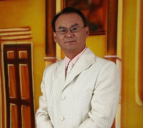 """树志明  上海越剧院红楼剧团二级笛子演奏员,兼演奏 长笛, 笙  1986年考入上海戏曲学校越剧音乐班。1988年毕业上海戏曲学校越剧音乐班。1988年9月进入上海越剧院 青年剧团  1991年进入上海越剧院红楼剧团至2003年一直从事越剧音乐的演奏工作,先后录制过许多越剧唱片和越剧电视剧的音乐制作。参加演出的越剧剧目有 《 梁山伯与祝英台 》、《 西厢记 》、《 红楼梦 》、《 祥林嫂 》 《 孔雀东南飞 》、《 西园记 》《莲花女传奇》《 玉簪记 》、《 真假驸马 》、《花中君子》、《 状元打更 》《 舞台姐妹 》《 梅龙镇 》《 玉簪记 》、《 女皇与公主 》、《 孟丽君 》《莲花女传奇》《 紫玉钗 》《 李娃传 》,《 断指记 》《 风雪渔樵 》。  为 上海大剧院 度身定制的新版《红楼梦》并担任乐队队长,被评为""""展示上海文化风采的标志之作"""",荣获上海市国庆50周年献礼剧目""""优秀剧目奖""""。  曾参加梅拉诺文化演艺公司举办的 【花好月圆庆中秋】 和【 我们的年代 戏曲名家和那个年代的歌 】【花好月圆 II 】【国乐盛典春雷动地】【鹰飞龙腾新年新春】【春之声】的大型演出活动。  现任美国梅拉诺文化演艺公司统筹、中华国乐团团长、美中华人音乐家协会执行理事。"""