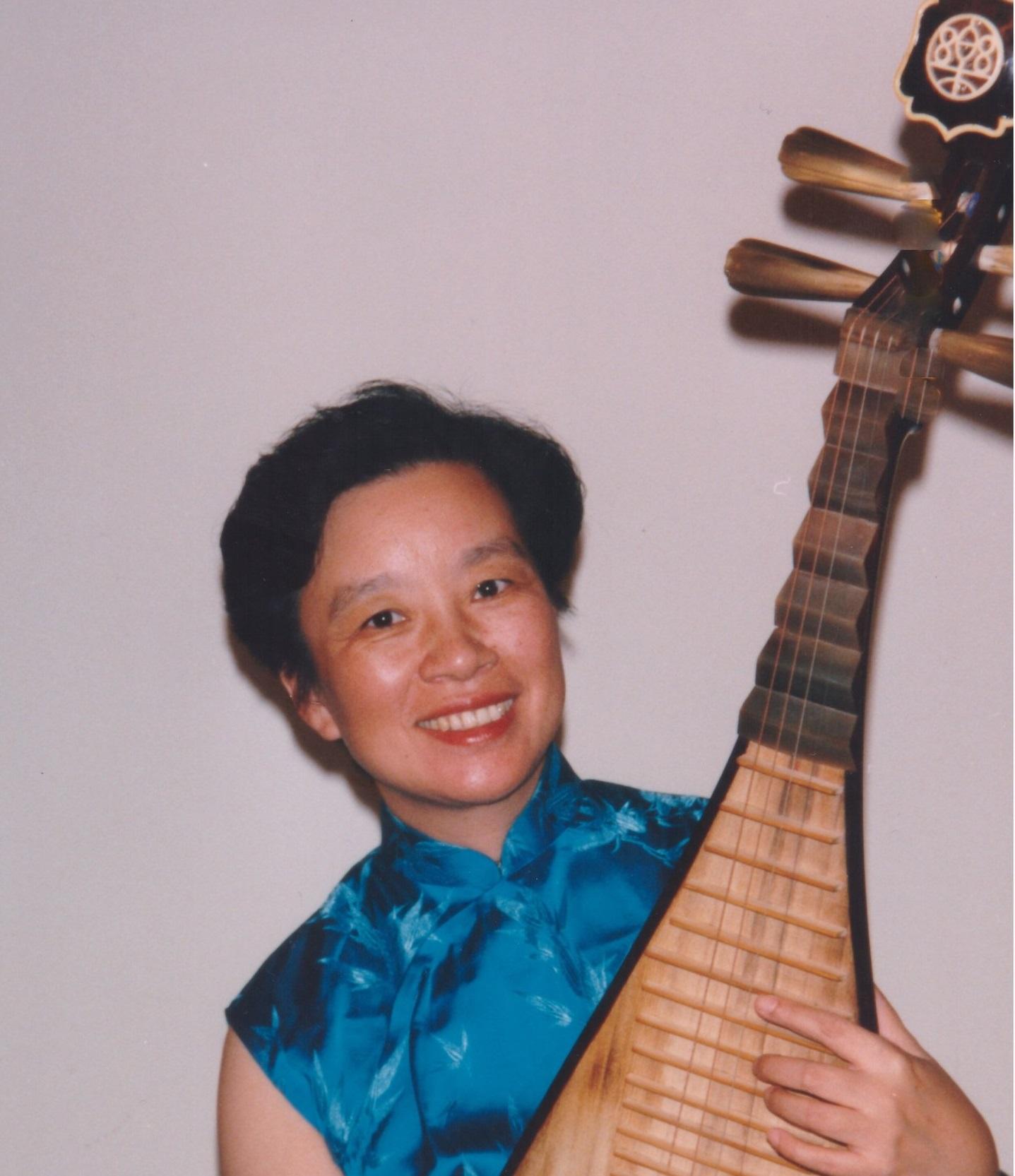 """马梅椰  琵琶演奏家。十岁时因为接触苏州弹词而自学琵琶。1960年考入上海音乐学院附中主修琵琶。三年后被琵琶大师卫仲乐破格收为学生并亲自授课。毕业后进入上海电影乐团在多部得奖电影中任独奏。此外在星期广播音乐会,上海音乐厅举行的民族音乐会专场中担任独奏。1988年赴美,定居洛杉矶专职琵琶教学及演奏,录音。1989年接受亚洲电视台名人专访。1991年圣地亚哥Mira Costa College 为她主办题为""""中国的吉他--琵琶""""独奏音乐会。2008年为梦工厂动画片""""功夫熊猫"""" 配音。为成龙,李连杰主演的好莱坞功夫大片""""Forbidden Kingdom""""(功夫之王""""配音。2016年为洛杉矶盖帝中心大型展览 """"敦煌"""" 配音。  曾参加梅拉诺文化演艺公司举办的 【花好月圆庆中秋】 和【 我们的年代 戏曲名家和那个年代的歌 】【花好月圆 II】【国乐盛典春雷动地】【鹰飞龙腾新年新春】【春之声】的大型演出活动。  现为美国中华国乐团琵琶首席。美中华人音乐家协会执行理事。"""