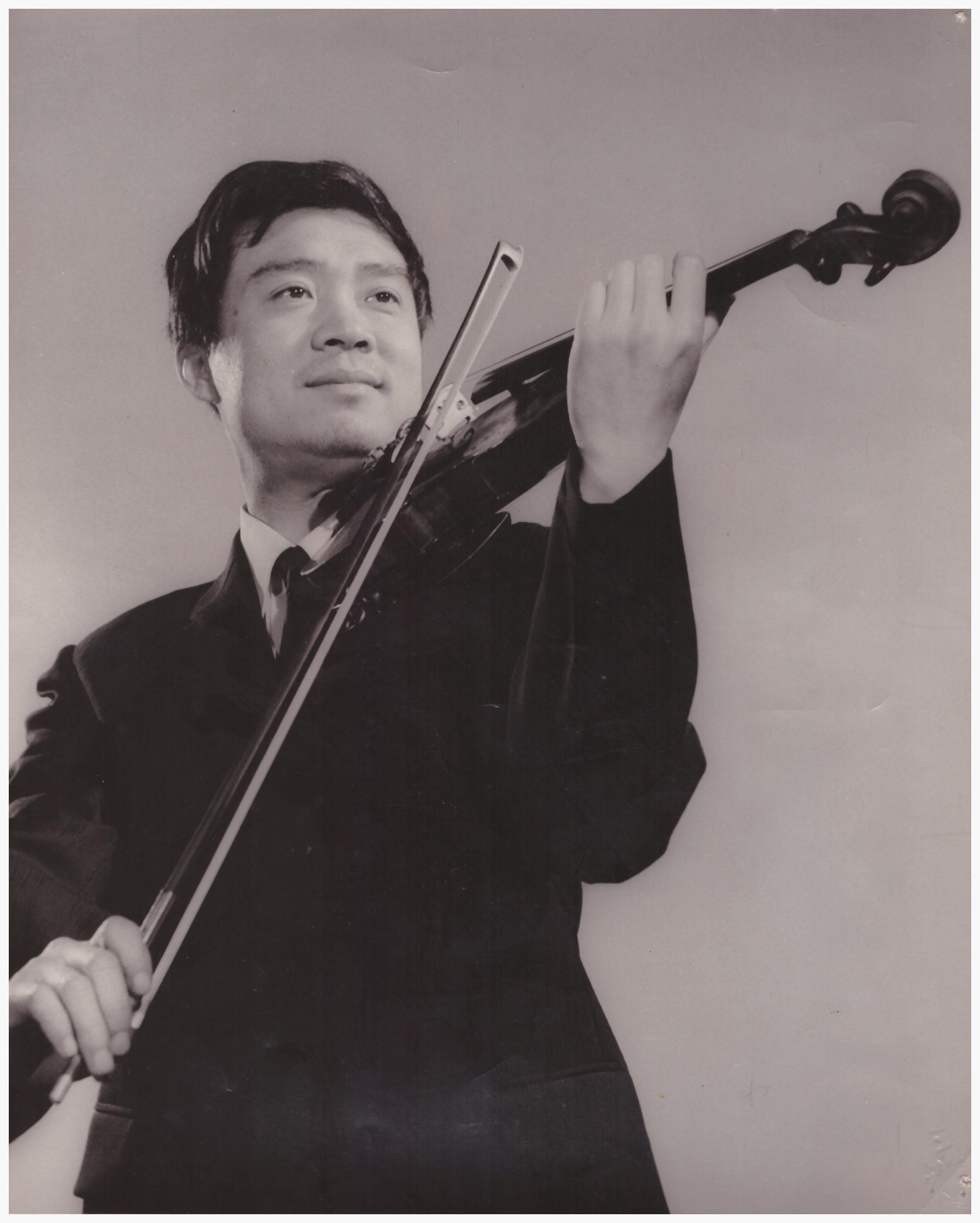 苗坪  自1953年11 岁进入上海音乐学院附中学习小提琴,学习成绩优良,曾获得校际小 提琴专业比赛第二名,并被破格提前一年进入大学本科学习。大学毕 业后进入上海电影乐团工作。担任乐队首席多年,在这期间电影配乐 中录制了许多小提琴独奏片段以及日常的演出中经常担任小提琴独奏 。日本松山芭蕾舞团访华期间作为乐队首席,圆满完成演奏任务。1 972年及1977年受邀以乐队副首席跟随上海芭蕾舞团出访朝鲜 ,日本,法国,加拿大等国。1987年获得USC大学奖学金来美至今已 三十多年了,主要从事小提琴教学工作。教学严谨专业,成绩斐然。 每年都有多名学生在美国西南区音乐节(SYMF) 等主要青少年音乐比赛中和加州音乐教师协会的(MTAC)鉴定( CM)考试中得奖。  中国电影家协会,上海电影家协会和 上海音乐家协会会员。加州音乐教师协会会员。美中华人音乐家协会理事。