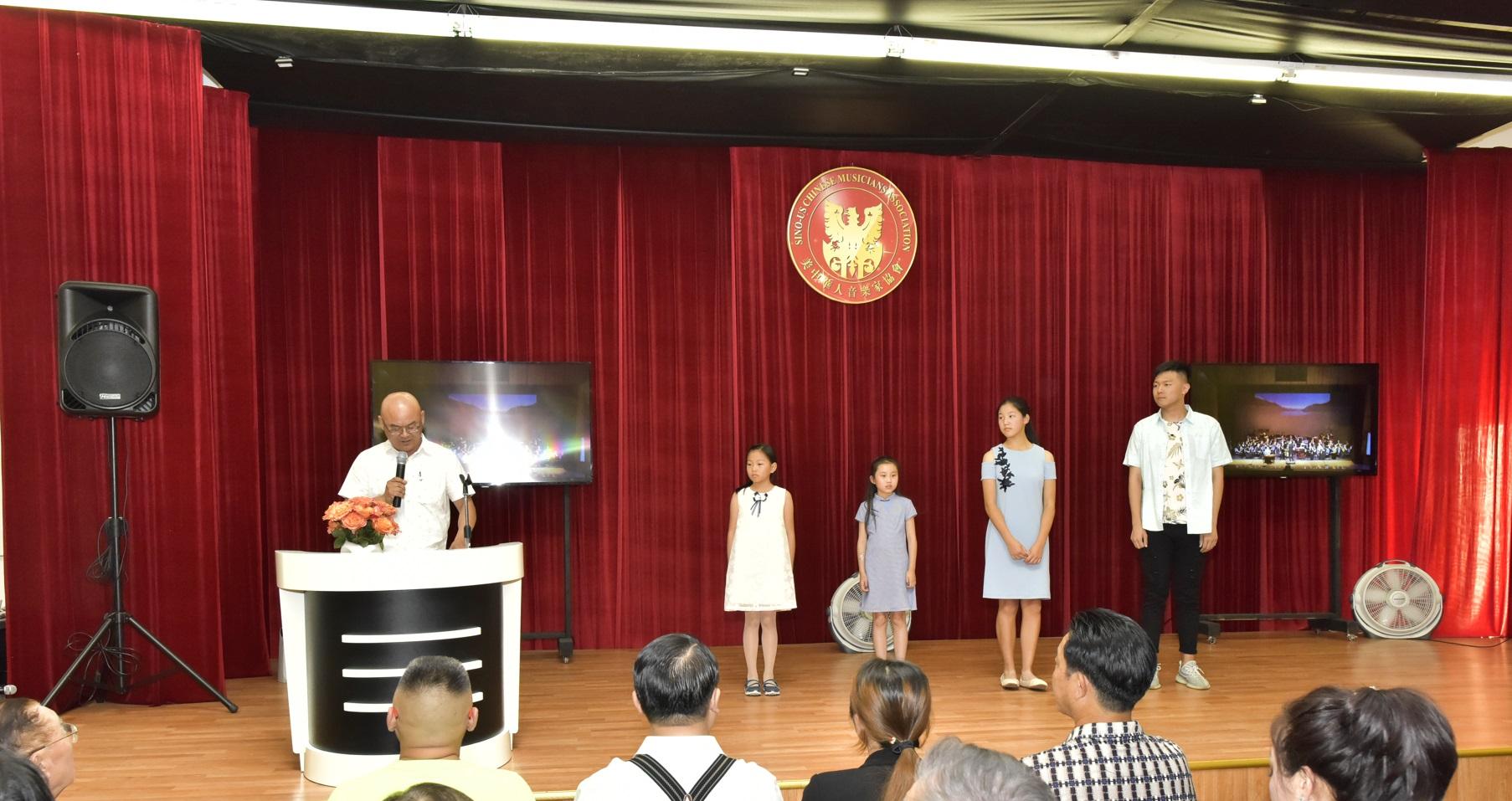 王馨镁(右四),祝晓轩(右二),刘子豪(右一)