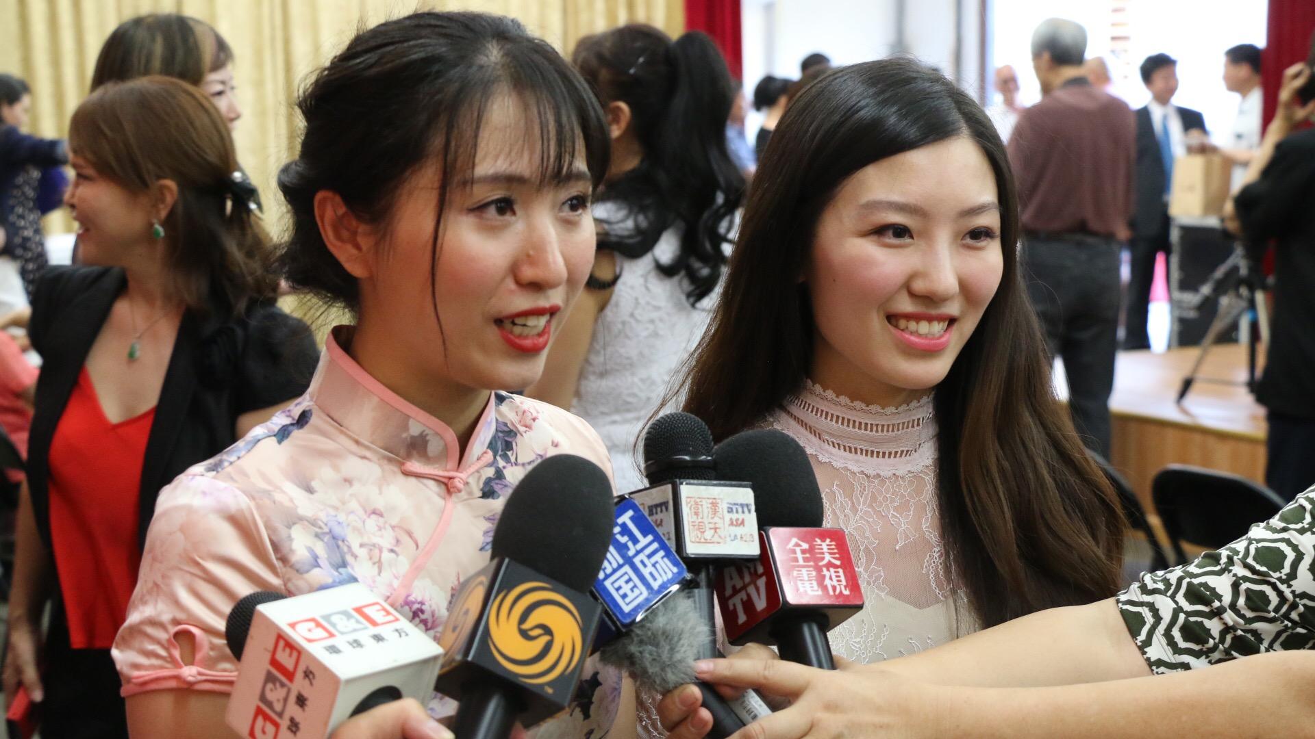 大赛组委会成员高鹤嘉和易嘉乐(左)