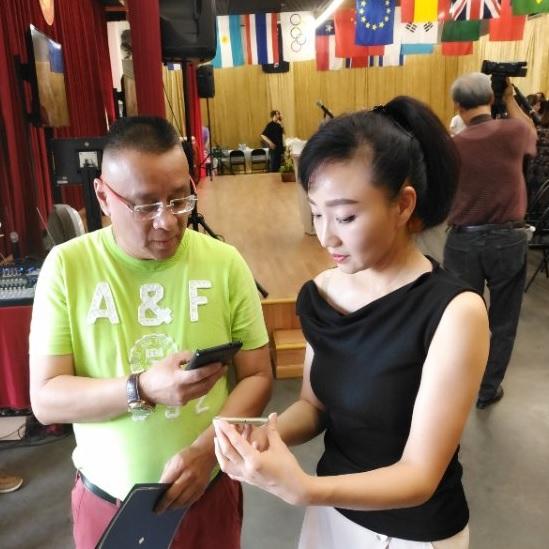 美中华人音乐家协会创会会长李愔与青年女高音歌唱家盛梅在新闻发布会上。