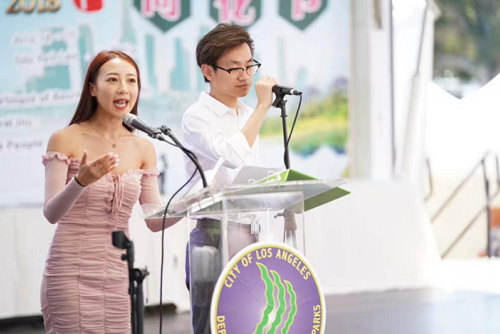 鹰龙传媒环球东方广播电视台主持人蓝天和熊天宇,主持文艺节目