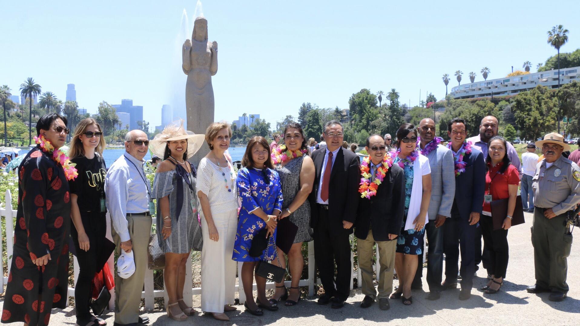 本届洛杉矶荷花节由LA娱乐与公园局、中国驻洛杉矶总领馆主办。演出单位由梅拉诺文化演艺公司旗下的中华国乐团、洛杉矶越剧之家、梅拉诺女子乐坊和美中华人音乐家协会.