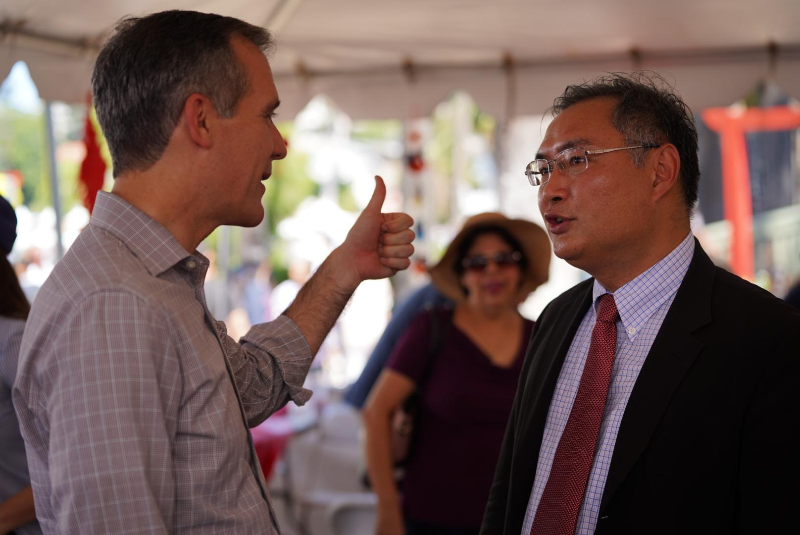 第38届洛杉矶荷花节以中国为主题,洛杉矶市长贾西提对中国驻洛杉矶总领事张平翘起大拇指,肯定中华文化!