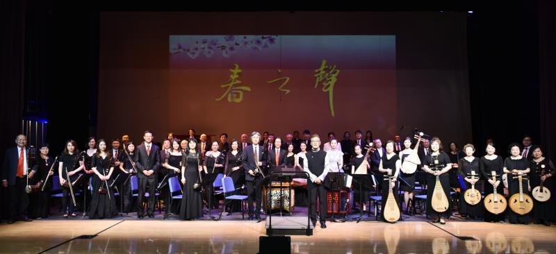 著名指挥家瞿春泉与美国中华国乐团在美国洛杉矶举办的【春之声】音乐会上