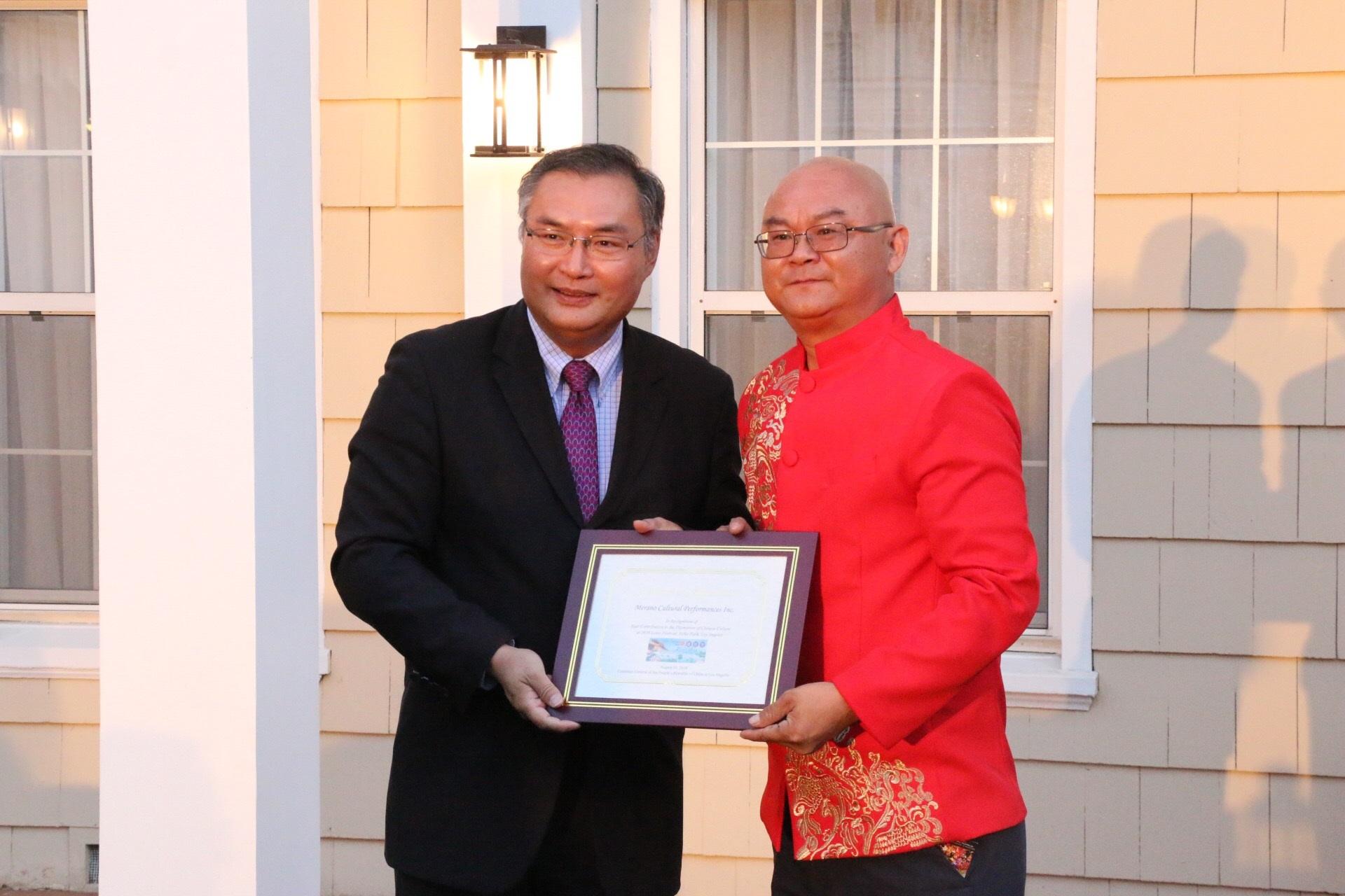 中华人民共和国驻洛杉矶总领事张平与美国中华国乐团团长树志明(褒奖令)(2018 - 8 -3)