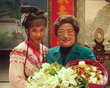 著名越剧表演艺术家王文娟与她的入室弟子邬素斐