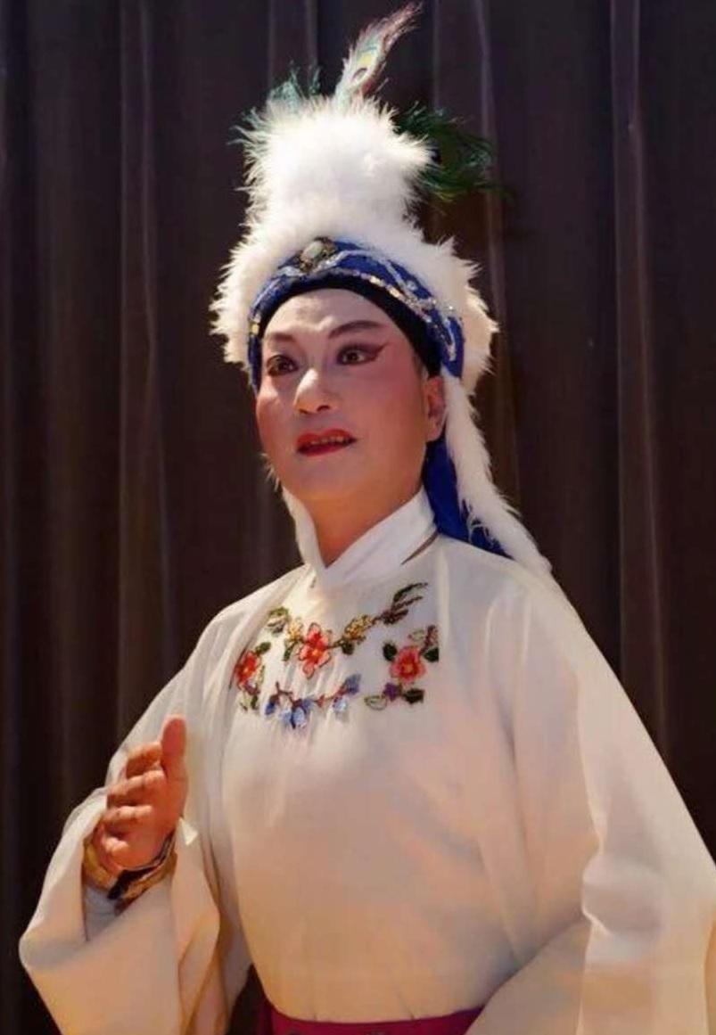 吴悠  纽约华美艺术团(男)演员、毕业于上海戏剧学院、师承尹小芳曾出演《沙漠王子》《秋海棠》等尹派优秀剧目。