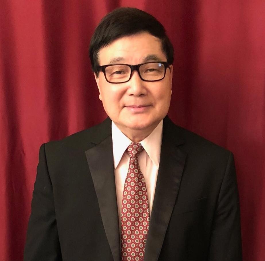 """上海越剧院笛子演奏家  原上海越剧院笛子演奏家,从艺33年,刻苦勤奋,技术全面,不但精于中国笛,并能娴熟演奏长笛,唢呐,萧及弦乐,弹乐和多种打击乐器。是戏曲界""""一专多能""""的佼佼者。多次访问新加坡,泰国,香港。1978年发明吹奏乐器""""豆管""""。填补戏曲低音吹奏乐器的空白。1988年应邀协同""""苏州民族乐器厂""""对传统(笙)进行改革,成功研发了《排笙》。在全国戏曲团体广泛应用,口碑甚佳。1997年获""""纽约同庆文化艺术中心""""颁发的《技术超群》奖。1998年获""""纽约美华艺术协会""""颁发的《杰出演出奖》。"""