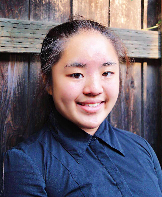 王心玉  五岁开始学习钢琴和中国古典舞蹈,十二岁时荣获2015年度Sierra Madre才艺大赛第一  名。 2015年观看了中国民乐的演出让她对中国传统乐器产生兴趣,因此开始师从马梅椰老师学习琵琶。  2017年二月至2018年六月之间,她就读纽约州北方艺术学院音乐专业主修琵琶。王心玉目前在Pasadena高中读十年级,并继续跟从马梅椰老师学习琵琶。