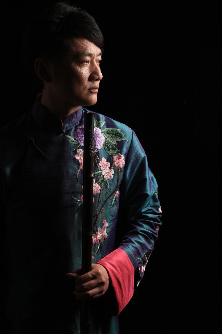 钱军:中国著名国家一级笛子演奏家,上海民族乐团独奏演员 ,美中华人音乐家协会理事