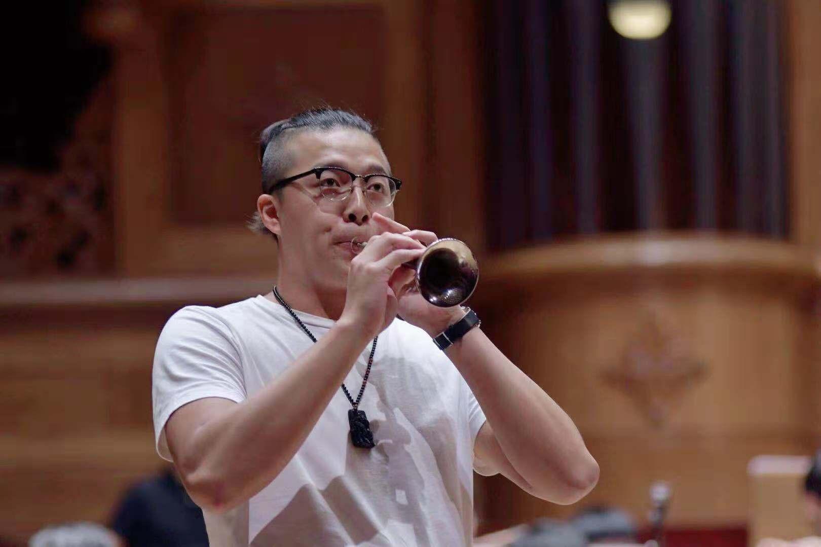 刘凤扬:唢呐演奏家,毕业于台湾艺术大学硕士学位。自2011年于台湾国乐团、台北市立国乐团、长荣交响乐团、桃园市立国乐团担任唢呐演奏员,并随团演出至今。