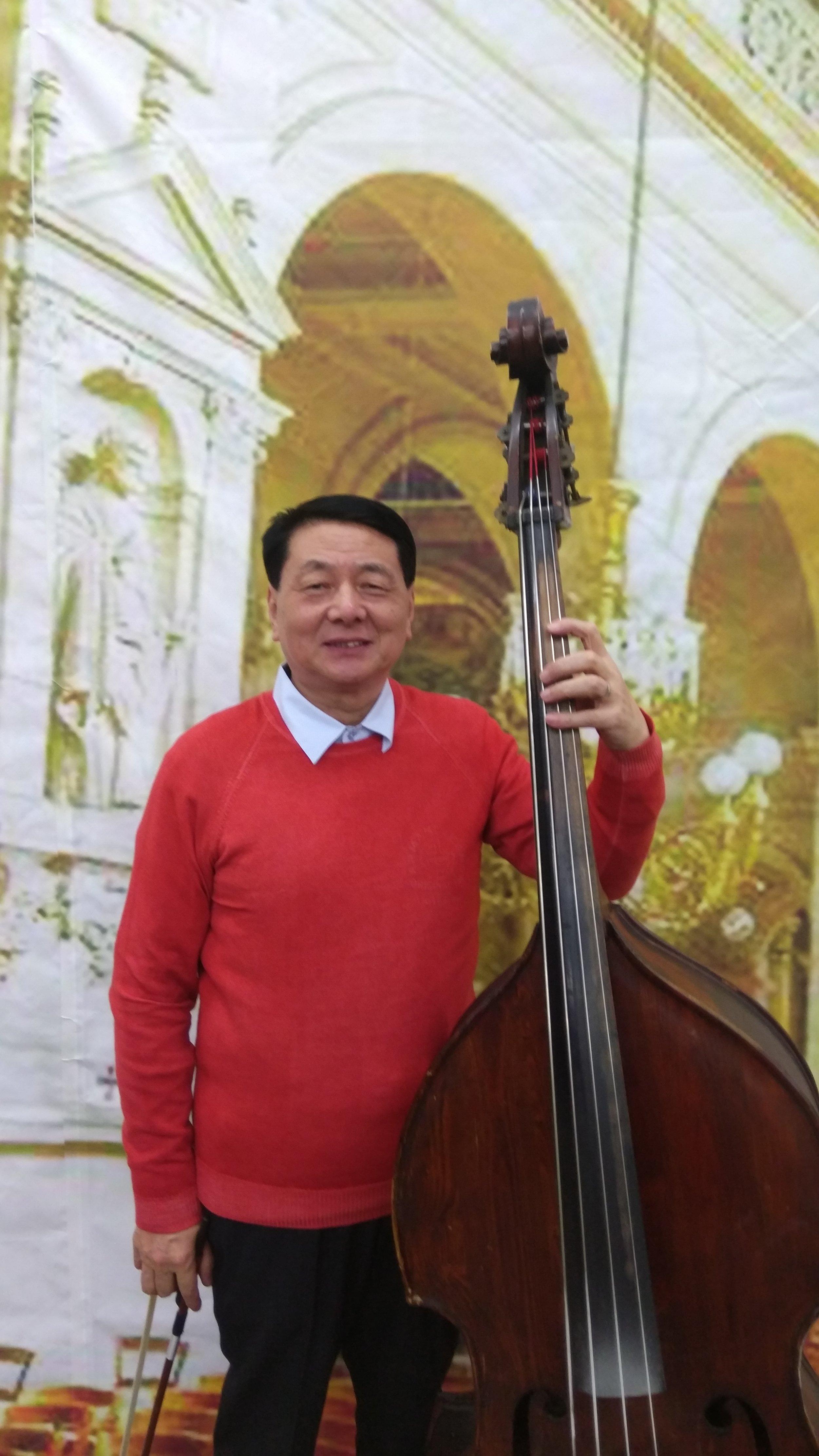 """余富阳  低音提琴演奏家。1964年进入上海市戏曲学校(上海戏剧学院戏曲学院)。1970年进入上海市戏曲学校""""沙家浜""""剧组。1977年进入上海越剧院工作。2002年评为副教授。1991年进入上海越剧院红楼剧团至今。曾出访香港、澳门、台湾、新加坡、泰国等国家和地区演出。"""