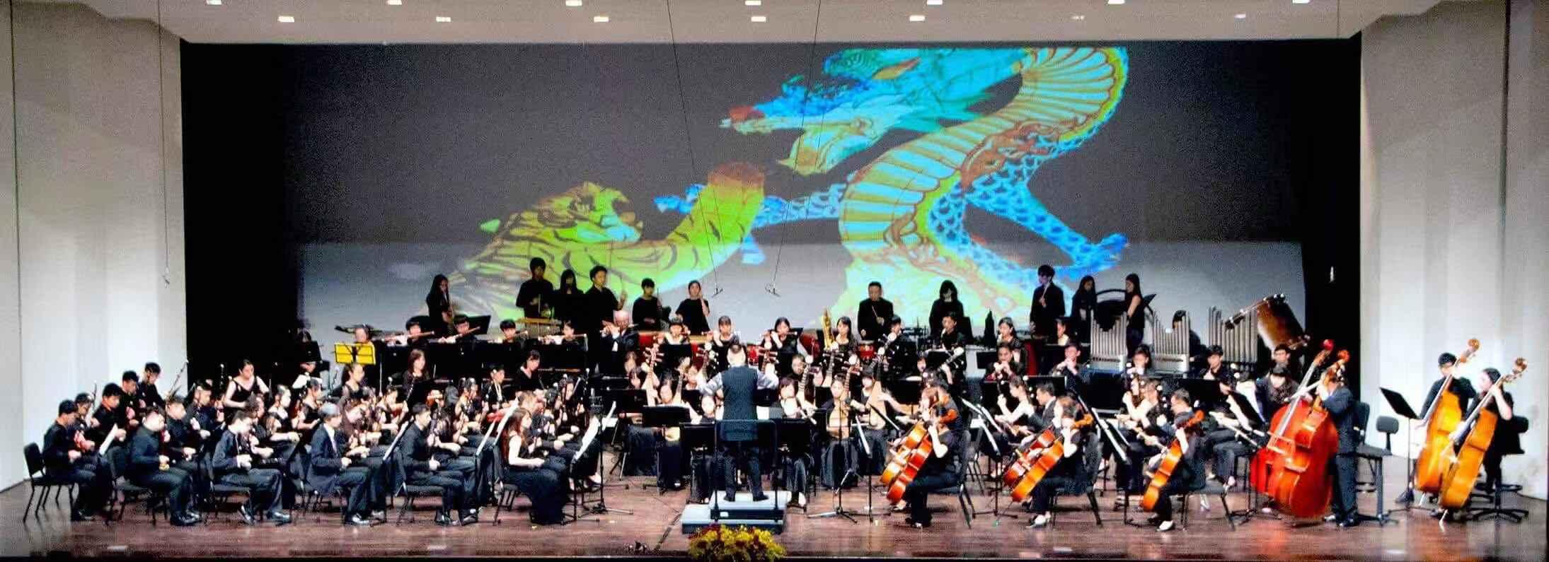 """美国中华国乐团被美国主流媒体誉为:"""" 作为迄今为止在海外的中国民族管弦乐团的美国中华国乐团是海内外业界和媒体眼中的""""具有一定声望的大乐团之一""""和""""连接中国民族音乐和戏曲文化传统与创新的节点""""。"""