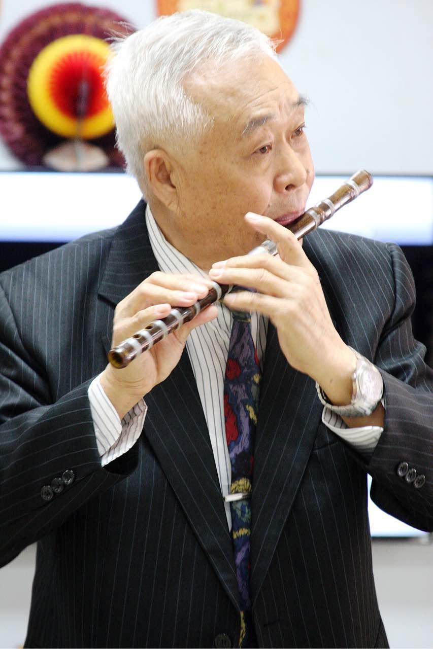 朱鸿千  环境工程高级工程师,中国民族管弦乐学会会员,著名笛子演奏家。民间艺人,其生平业绩于1982年8月载入中国百业艺术家之辉煌殿堂《中国民间名人录》上卷之中。1998年5月《美国音乐研究学会》(Oracle  AMC)推出其笛子独奏专辑《辽北之春》。2003年旅居美国。现担任洛杉矶中华文化学院国乐教授。 1949年,十岁时,皈居佛门沈阳《高台庙》拜《太清宫》道士张达祥为师,学习传统竹笛及道教《雅乐》。1950----195 8年拜《辽宁地方戏》傅荣春大师学习竹笛吹奏及制作。1957- ---1959年被《中国吹弹大师》---陈重先生收为关门弟子,在沈阳音乐学院,对国内各派笛曲演奏风格,进行了比较深入系统的学习,并承袭了陈先生的著名乐曲《怀歌》。 自1958至1965年在《沈阳职工歌舞团》担任首席笛子演奏员及独奏演奏员。曾荣获历届职工汇演优秀表演奖。1966年-- 1978年担任《沈阳冶金文工团》团长。期间曾率团赴北京《政协礼堂》为国务院领导汇报演出。