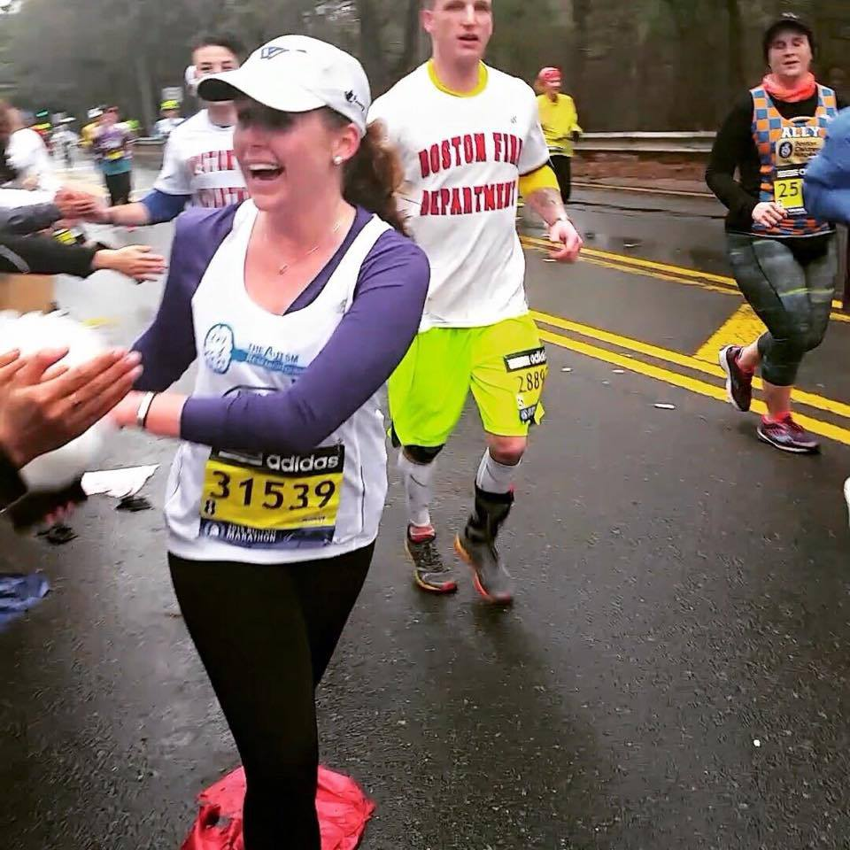 seeing my Big and Grand Little at the Wellesley Scream Tunnel, Mile 12!