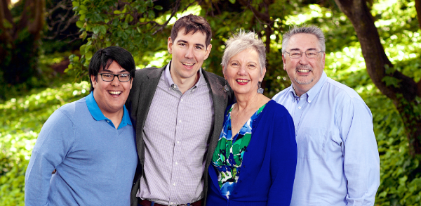 Josh Harder con su familia inmediata: Su madre Linda, su padre Mark, y su hermono menor David.