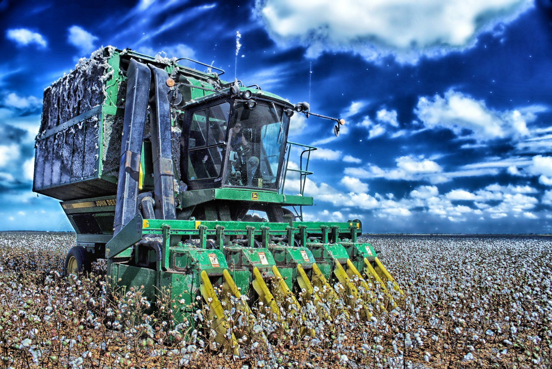 cotton-harvester-139651_1920.jpg