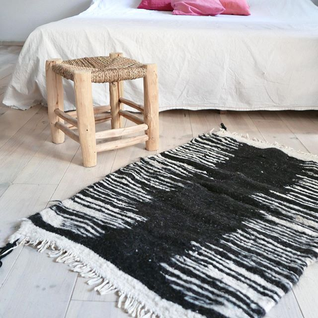 Minimal anda natural Rush👌🏻..virgin wool from herds of sheep and goats from nomadic shepherds of the mountains. Hand-spun and very soft touch... .  You can already reserve or buy these rugs in @muima__ ...#freeshipping . . . #tashkarugs #muima__ @muima__ #naturalwool #naturaldyes #travel #morocco #handmade #berberwoman #berberrugs #welvingwloving #weavinglooms #rugdesign #wilarug #naturalhome #interiordesign #naturalliving #ethicalliving #ethicallymade