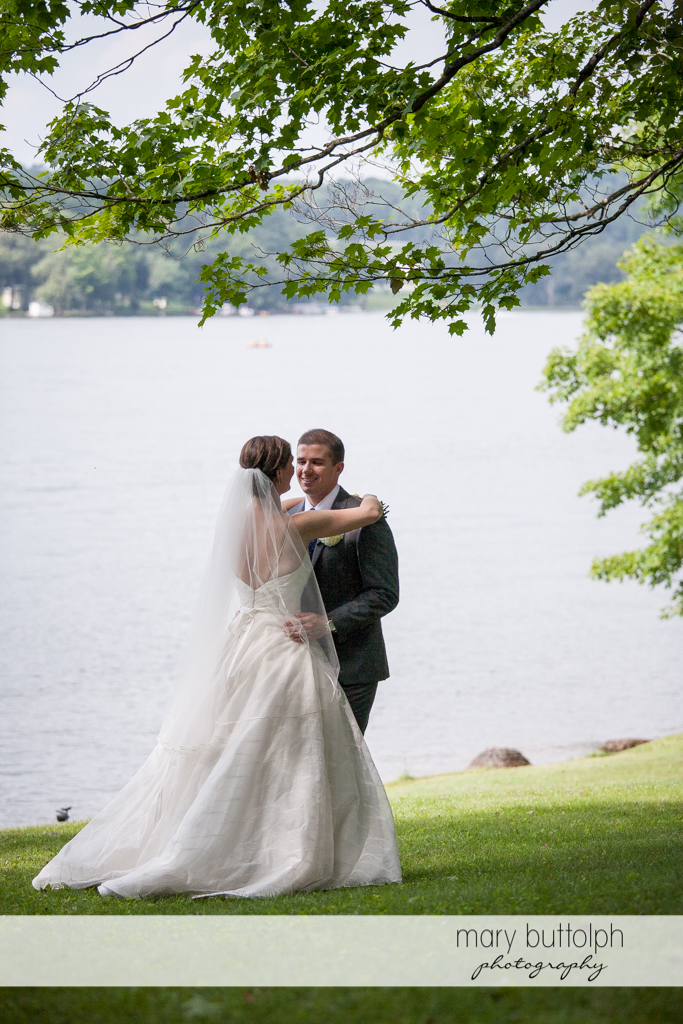 Couple stand by the lake at the Hamilton Inn Wedding
