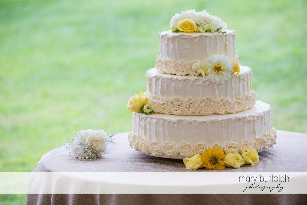 The couple's wedding cake at the Hamilton Inn Wedding