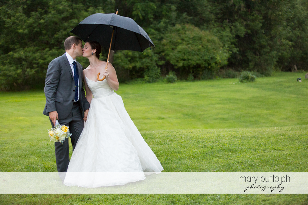 Couple kiss in the garden at the Hamilton Inn Wedding