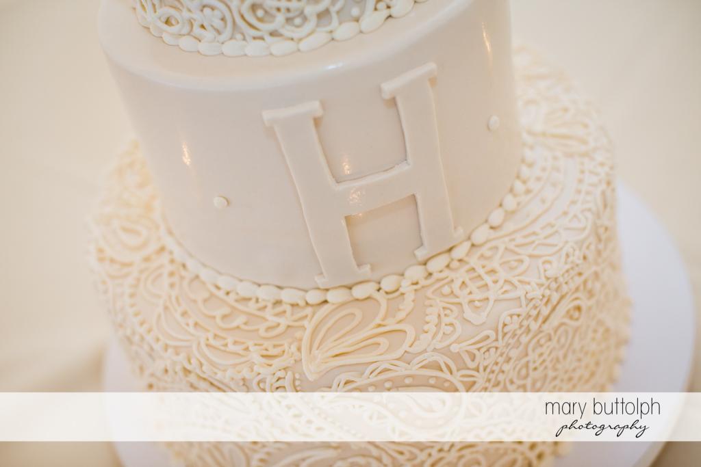 Close up shot of the couple's wedding cake at Anyela's Vineyards Wedding