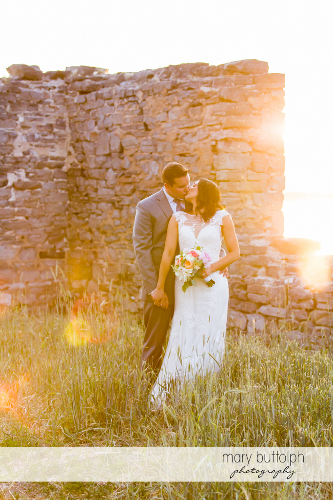 Couple kiss amidst the ruins at the inns of Aurora Wedding