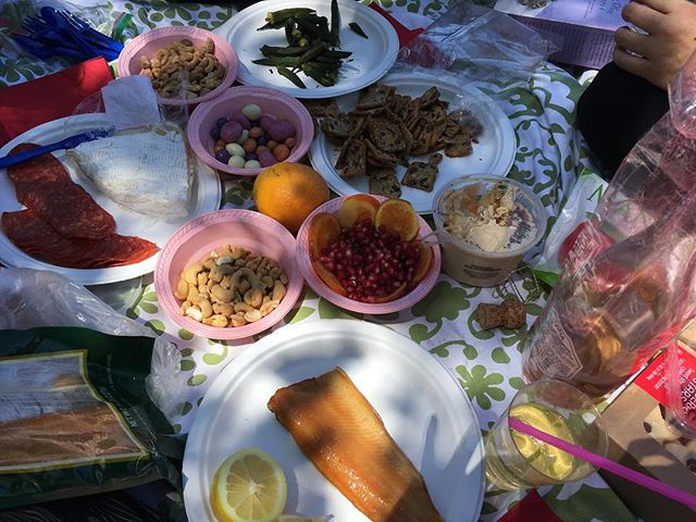 Earth Day hike & picnic at Malibu Creek State Park #UntetheredLA 🍾 #smokedtrout #camembert #pomegranate #candiedorange #pepperoni #cashews #redwineblend #chocolates #rosemary