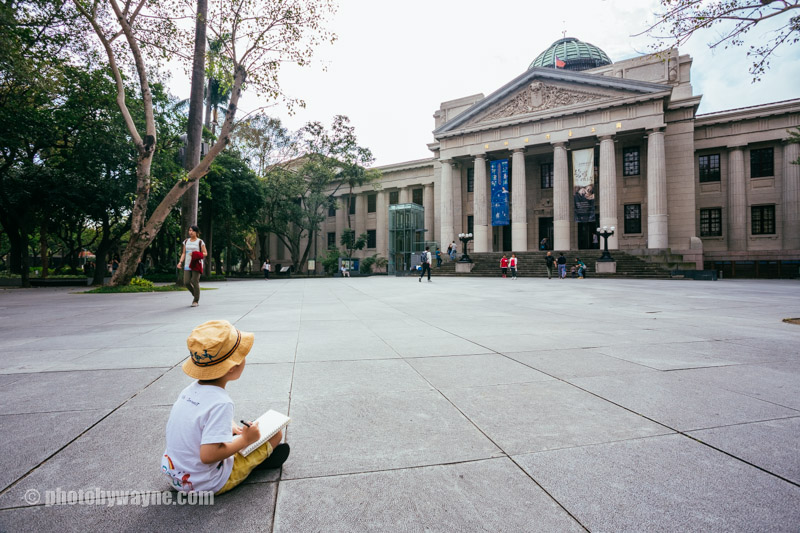 young-boy-drawing-in-front-of-museum-taipei