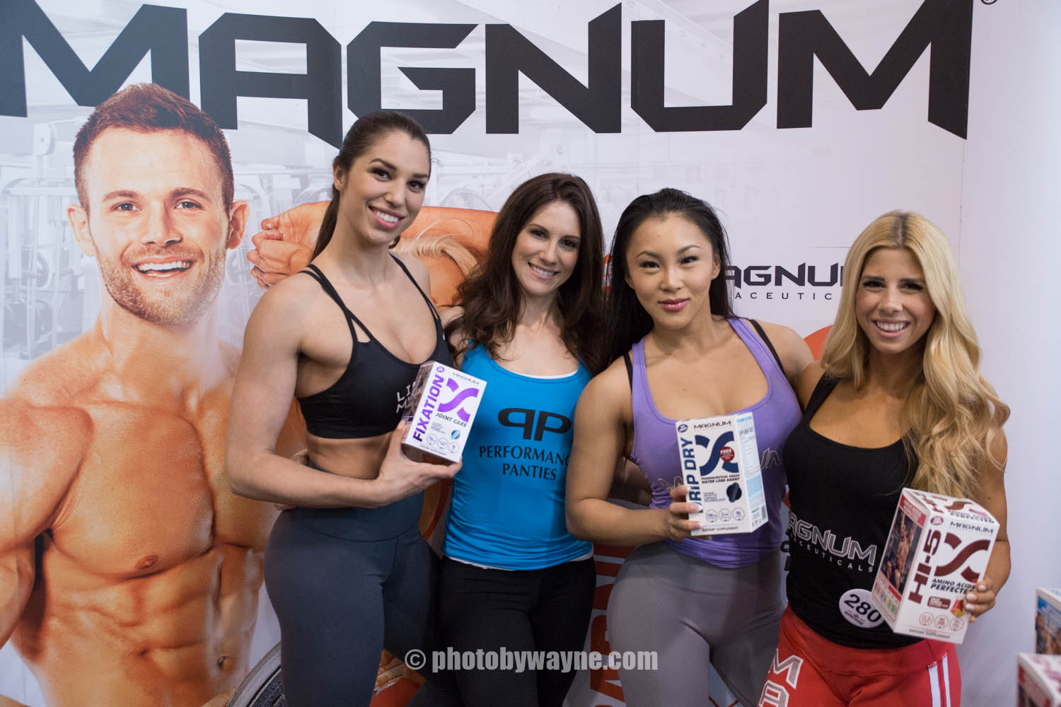 06-toronto-pro-supershow-magnum-booth-girls.jpg