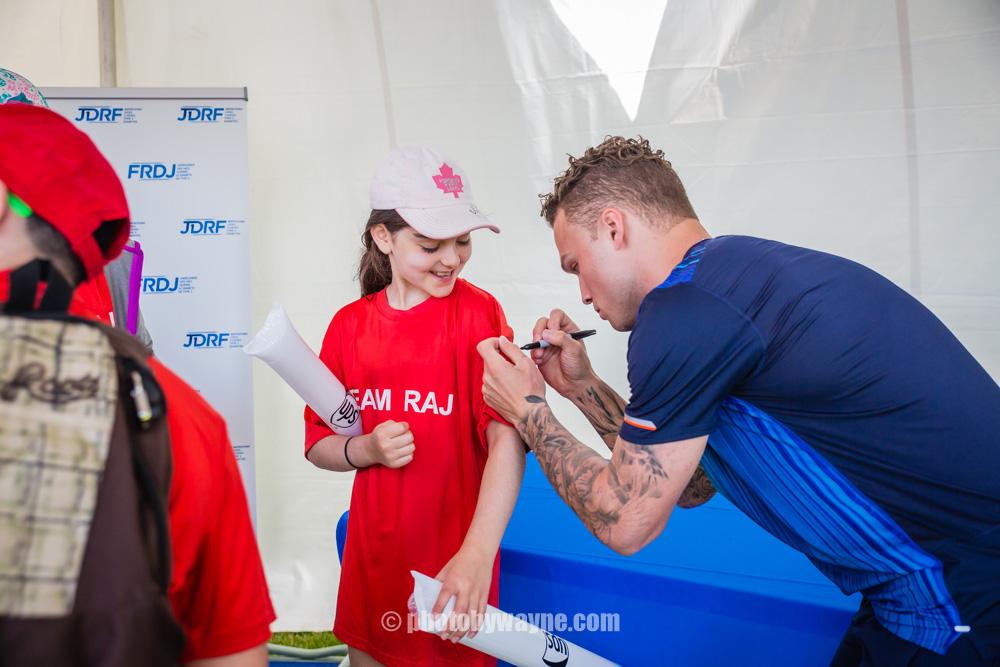 09-max-domi-signing-autograph-in-toronto-diabetes-fund-raising-event.jpg