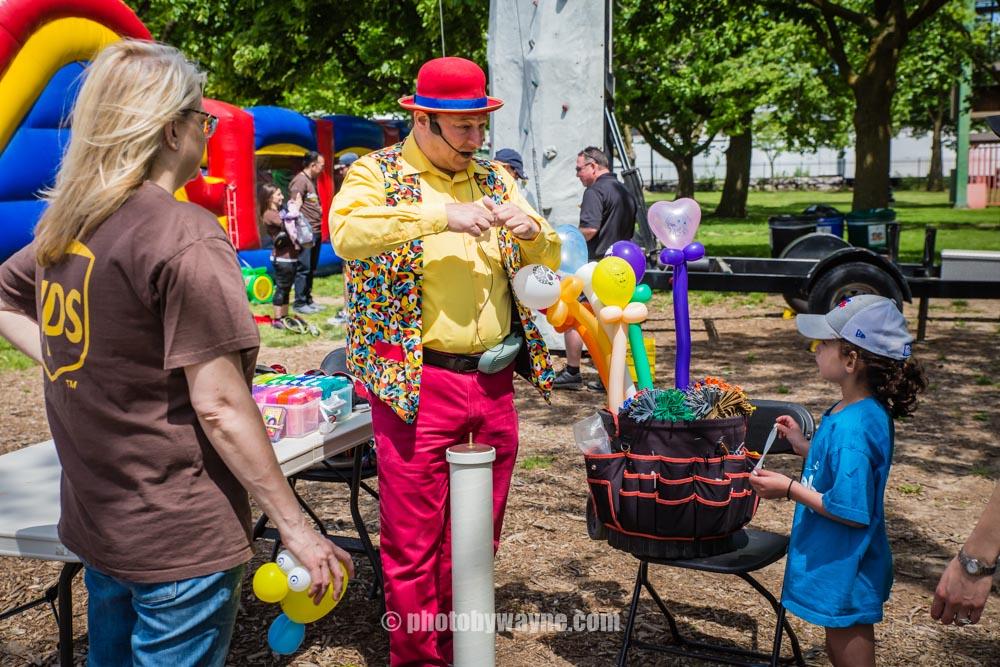 52-balloon-twister-artist-toronto-charity-event.jpg