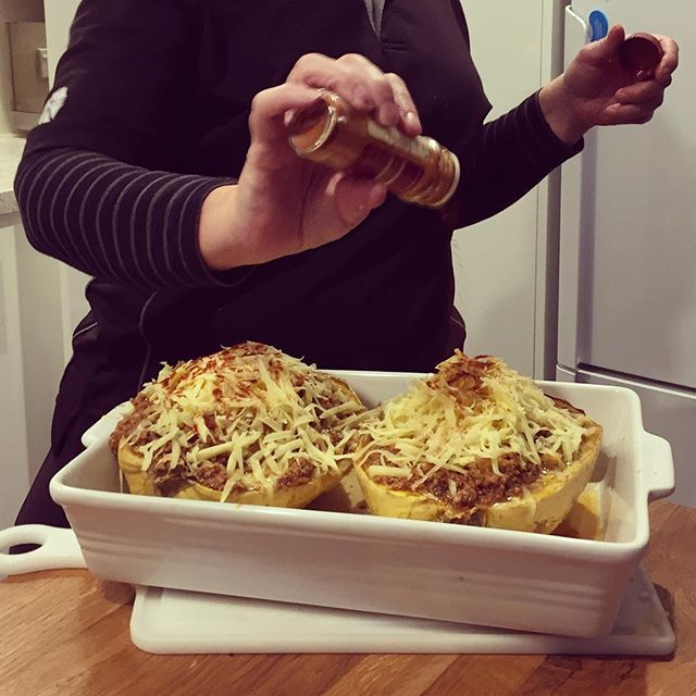Lamb mince stuffed spaghetti squash for dinner last night 😍😍 my favourite thing about spaghetti squash is that it is super low in carbs, 7g per 100g, and that when it is baked it turns into spaghetti. A delicious, easy comfort dinner! p.s. That's mums popping paprika on top because she adds paprika to everything 😂😂