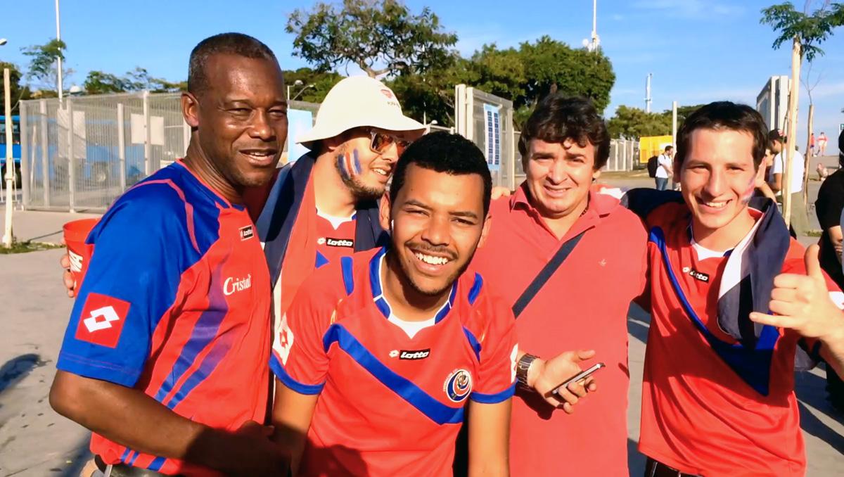 Afuera del Estadio antes de Costa Rica - Inglaterra; Brasil 2014.  Quién diría aquí que estaba posando con el futuro DT.