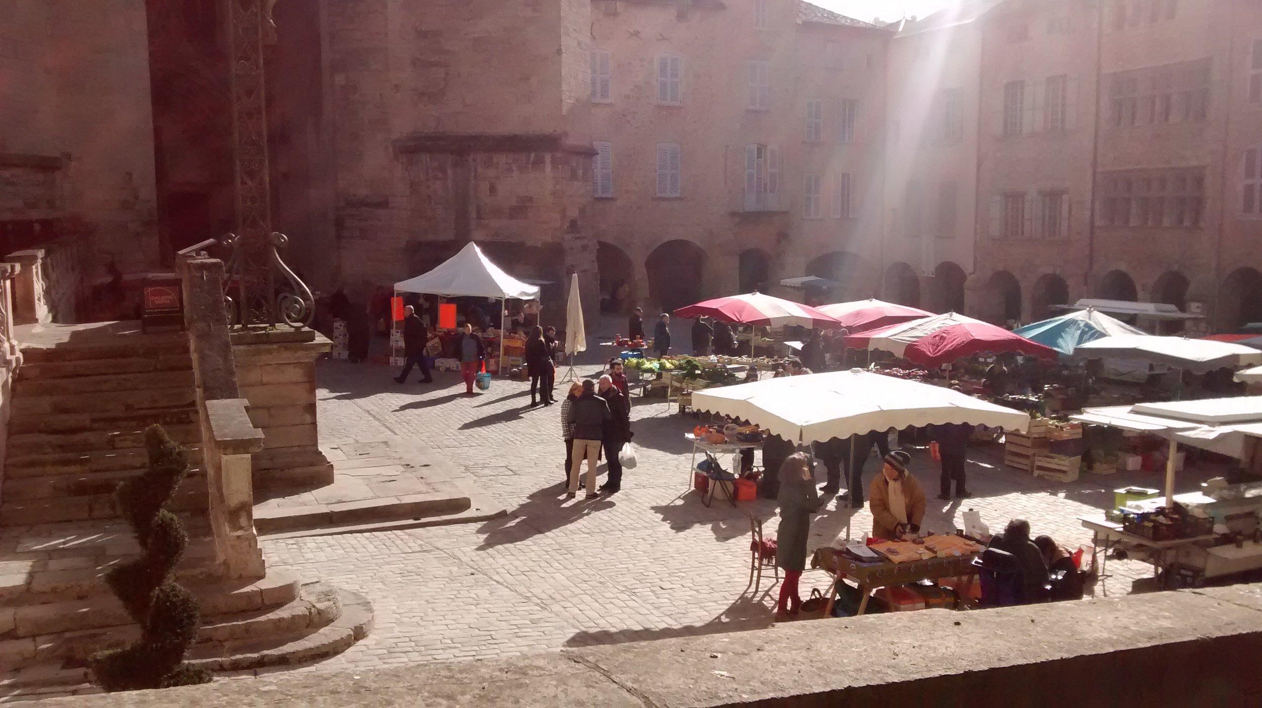Villefranche de rouergue market on a quiet winter day..le marche Villefranche De Rouergue en hiver
