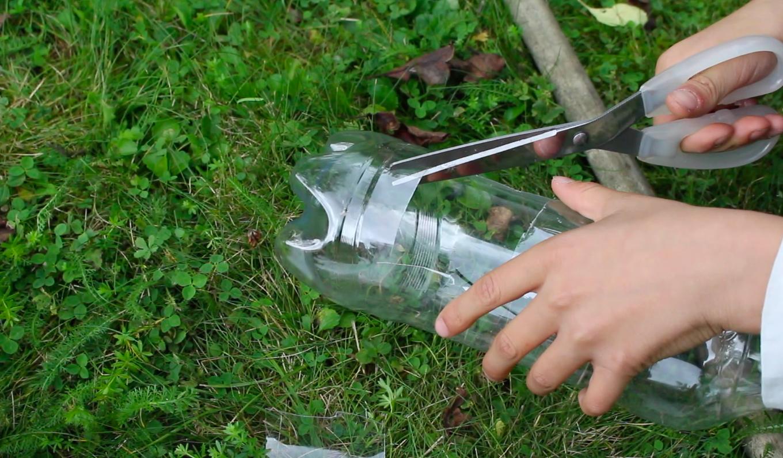 2. Klipp ut en kvadrat på övre delen av flaskan och klipp ut en triangel högst upp i mitten.