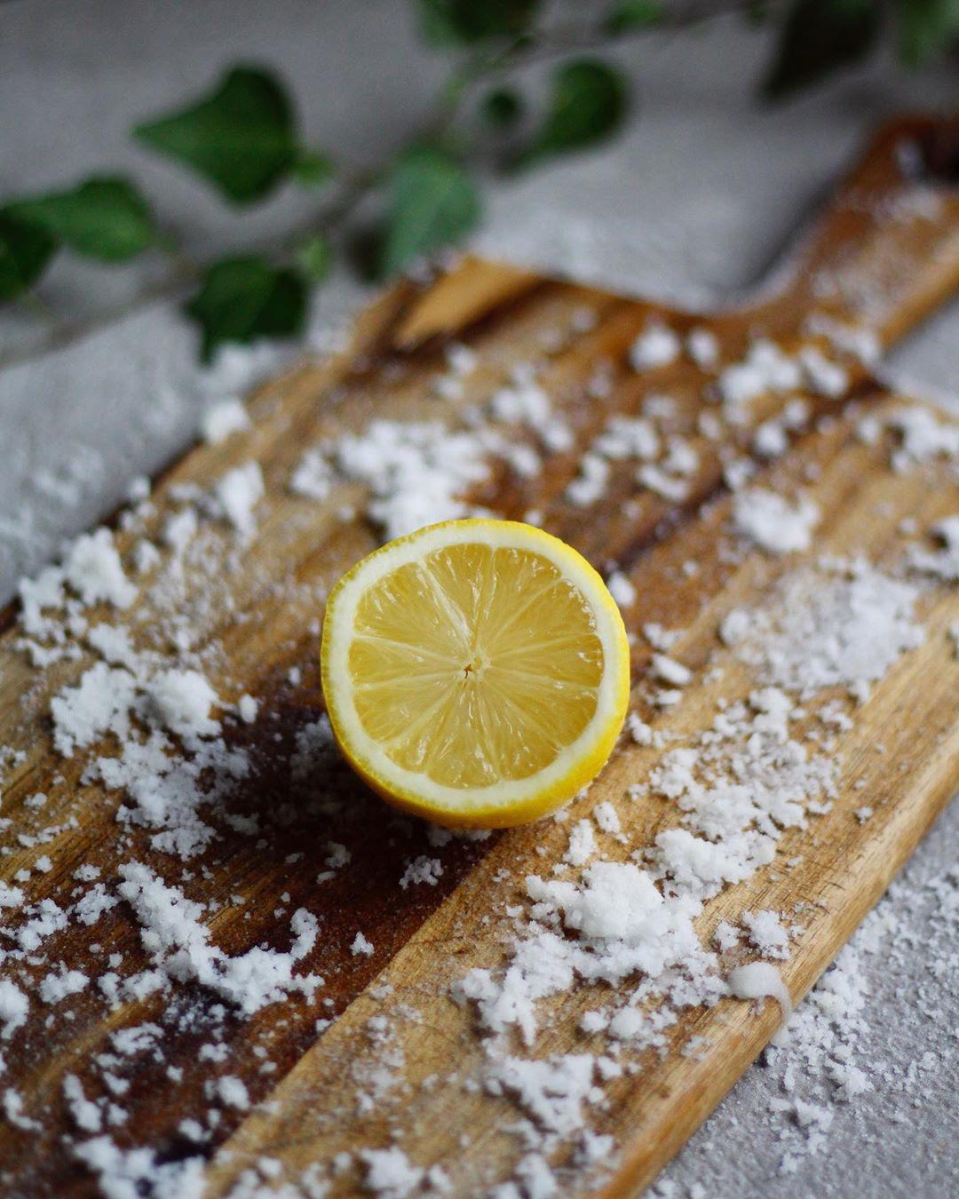 rengöra skärbräda med citron och salt