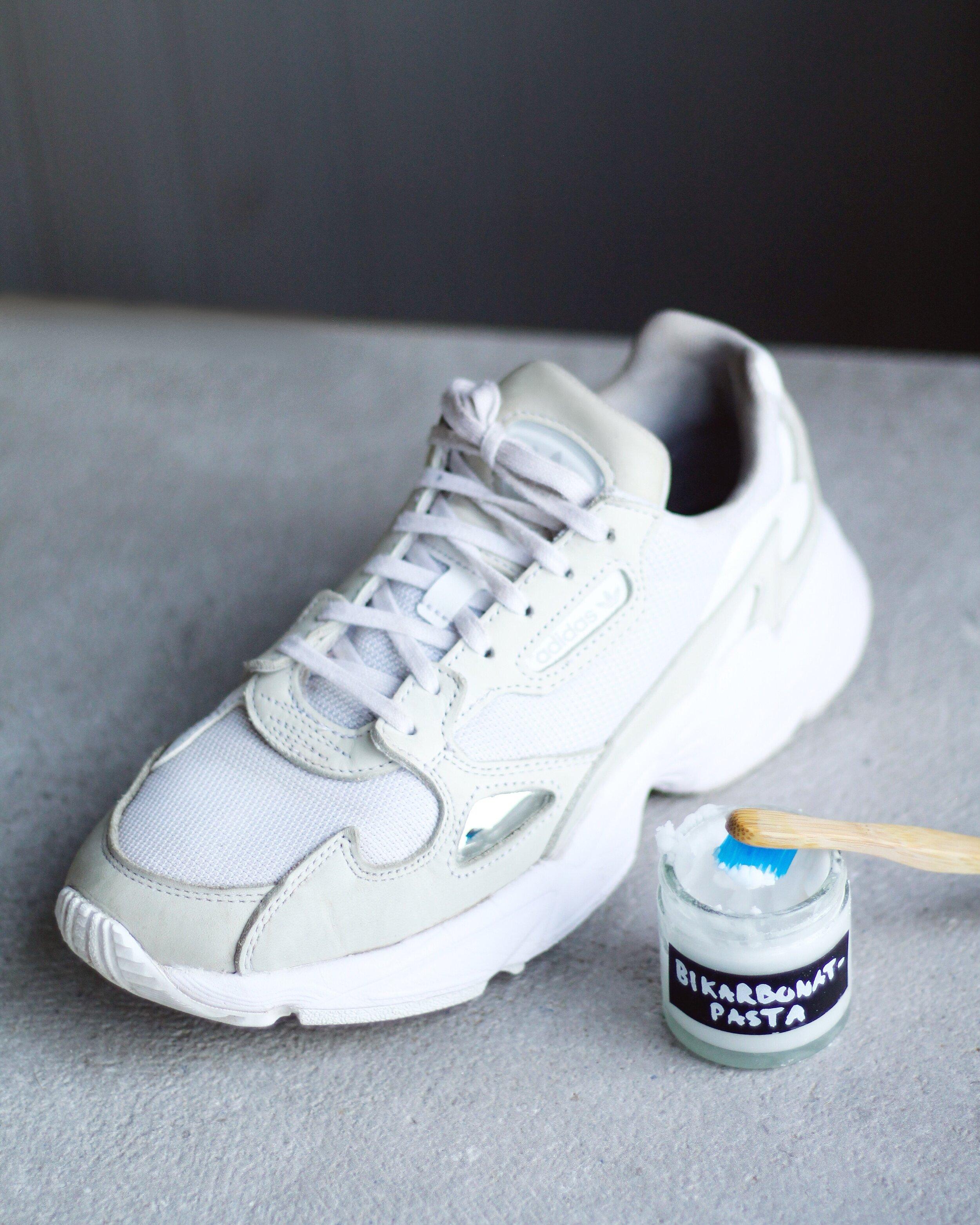 rengöra skor med bikarbonat
