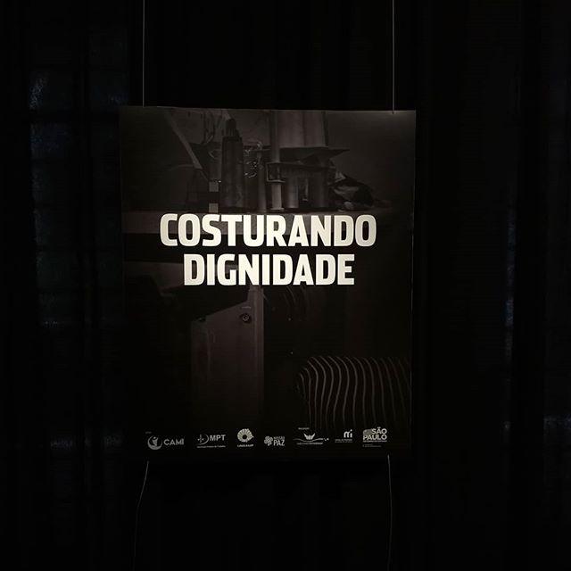 """Costurando dignidade  Acontece até dia 26/05/2019 no @museudaimigracao  a exposição """"Costurando Dignidade"""" que reúne imagens registradas na cidade de São Paulo, em outubro de 2018, pelo fotógrafo Chico Max. As fotografias apresentam 19 mulheres, de 22 a 65 anos, que foram submetidas à condição de exploração em oficinas de costura, sendo a maioria de origem boliviana.  Em um período de 10 dias, Max conheceu, se aproximou, conversou e fotografou essas pessoas, que compartilharam as suas histórias e a realidade dessas confecções, incluindo trabalhar 16 horas por dia com os filhos por perto, cuidar da limpeza desses espaços e pagar para comer e dormir (o que acontecia, em alguns casos, embaixo da máquina de costura), fazendo com que devessem, ao invés de ganharem dinheiro. """"Ao passarmos diante de uma vitrine, não pensamos no que aconteceu antes da peça chegar até ali. Não fazemos perguntas sobre esse processo, que, na nossa vivência, é velado. Com a exposição, espero que as pessoas reflitam ao olharem para as roupas e possam dar um rosto para essa realidade"""", explica o fotógrafo.  #moda #costura"""