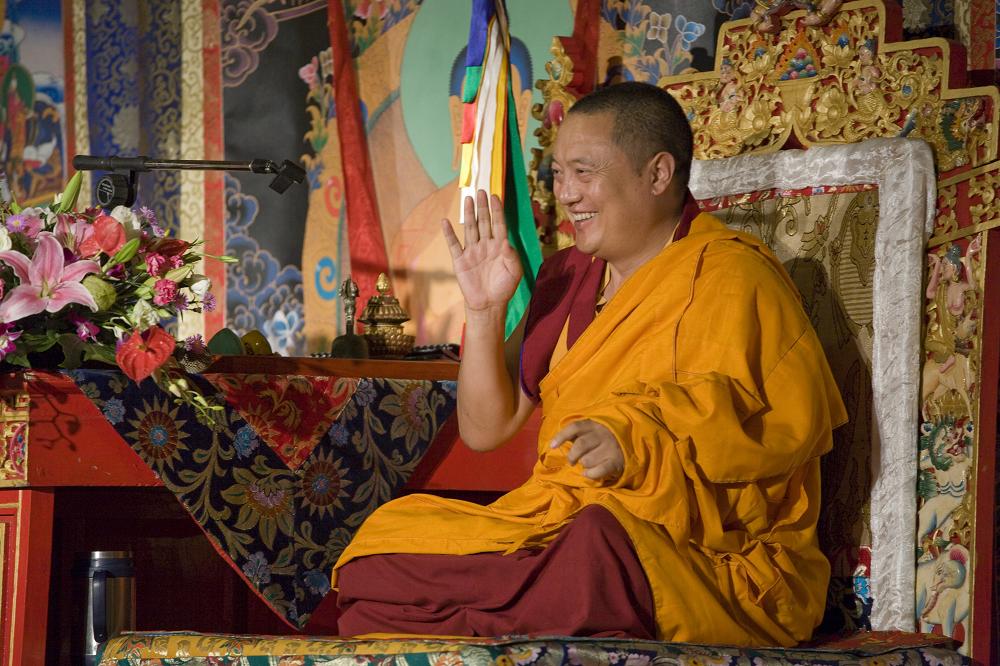 仁波切於蓮師金剛鎧甲法會 親切宣說持咒功德 願一切有情遠離災疫恐懼 At the Guru-Vajra Armour Dharma Assembly, Rinpoche preached the merits of the mantra and prayed that all sentient beings can be free from disaster, illness, and fear.