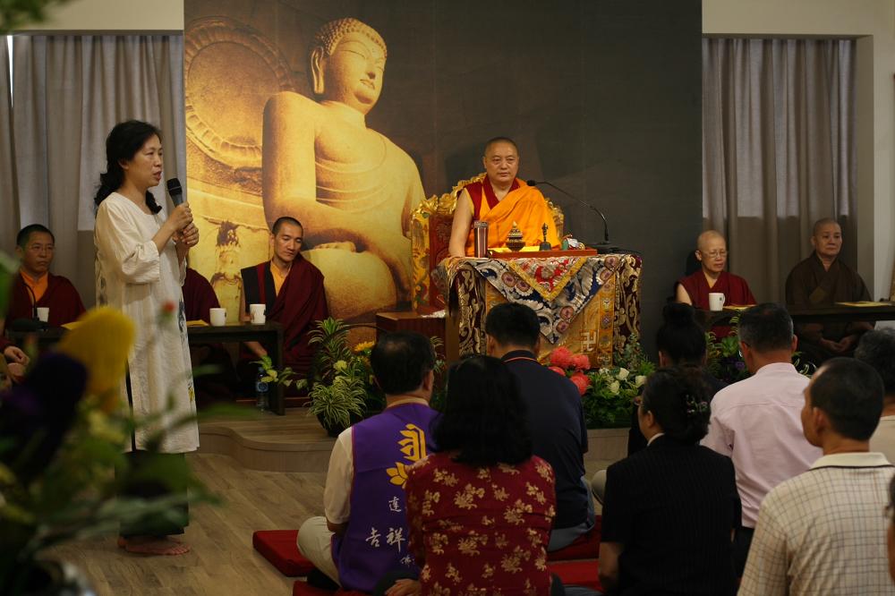 2010年6月吉祥智勝林佛學會 新建道場成立法會 會長曾麗瑛師姐致詞 President Ms. Zeng Li-ying spoke at the Dharma assembly for the completion of the new Dharma Hall at Palriling Hsinchu Institute of Buddhist Studies in June 2010.