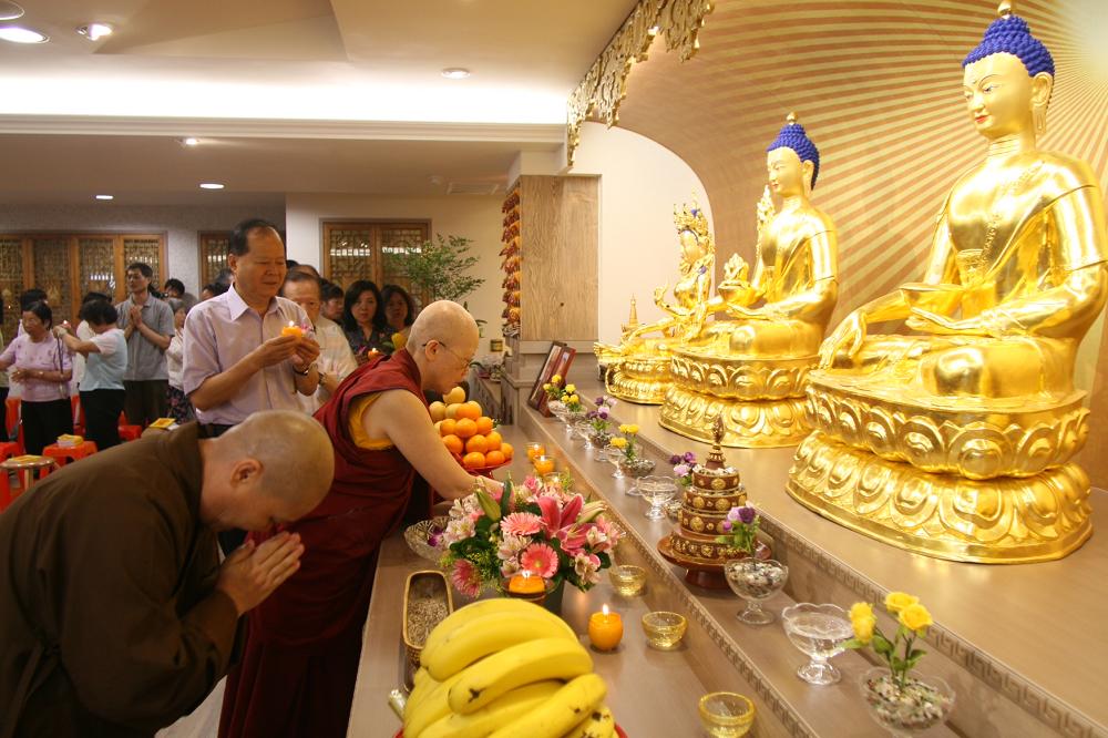 吉祥智勝林佛學會成立 前新竹縣長鄭永金蒞臨供燈祝福 The Former Mayor of Hsinchu County, Mr. Zheng Yong-jin, offers a lamp at the founding of Palriling Hsinchu Institute of Buddhist Studies.
