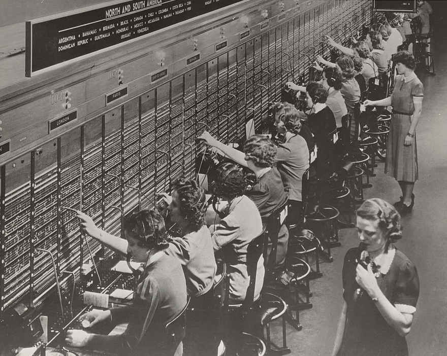 938px-Photograph_of_Women_Working_at_a_Bell_System_Telephone_Switchboard_(3660047829)
