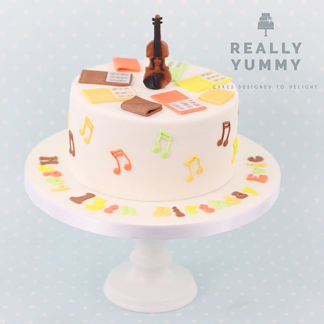 I made one of these cakes with a ukulele a while back, and had so much fun switching up the colours and making a funky violin cake ❤️ #violin #reallyyummycakes #cakedesigner #bespokecakes #hampshirecakes #winchestercakes #cakes #winchester #hampshire #designercakes #designinspiration #designprocess