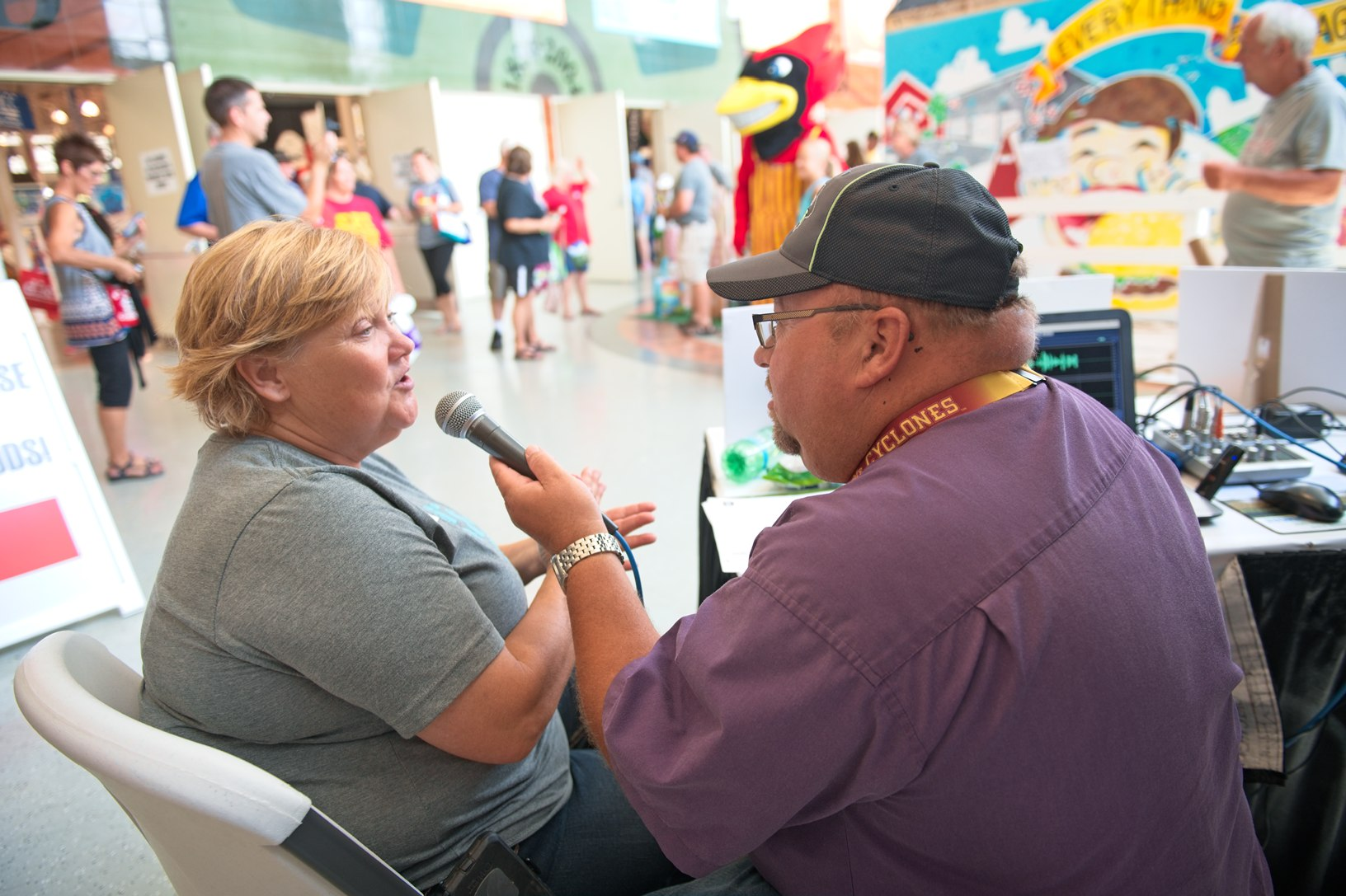 April Hemmes, a farmer from Hampton, speaks with Duane Murley of KWMT about the Iowa State Fair fun. Photo credit: Joseph L. Murphy/Iowa Soybean Association