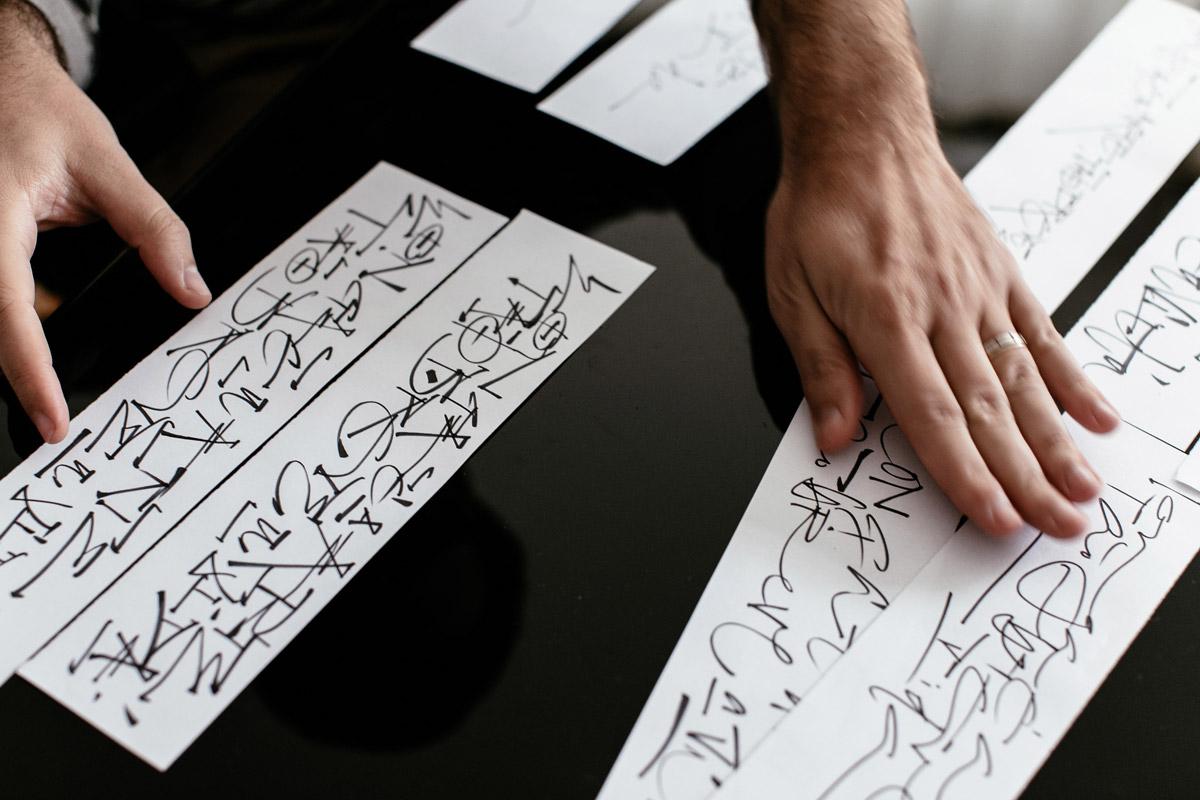- O lettering final é o resultado de 50 a 60 estudos num processo que junta meu saber, a história do outro, nossas intuições e corações.