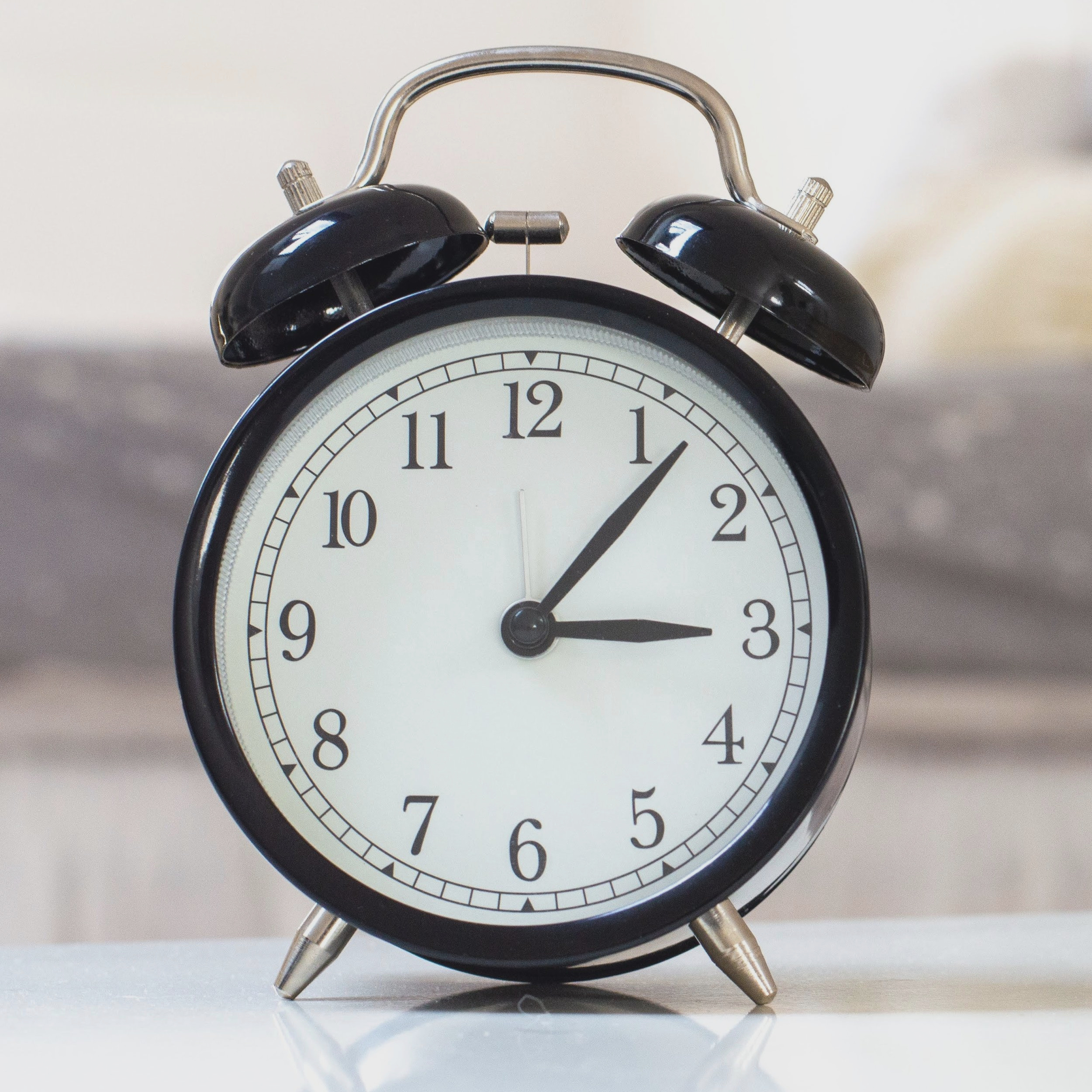 alarm-clock-blurred-background-clock-1449900.jpg
